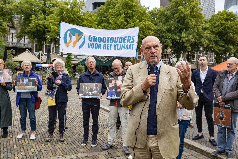 Herman-Wijfels-overhandigt-samen-voor-grond-manifest